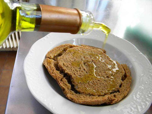 Arroser les dakos d'huile d'olive