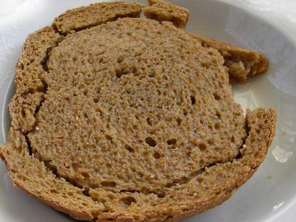 Biscottes de pain paximadi ou kritharokoulouro pour dakos